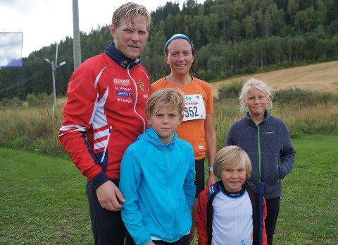 Løpefamilie: Famlien Jåvoll Hagen oppnådde gode resultater under Brandbuløpet. Jon og Trude Camilla sammen med barna Ulrik (9), Lukas (5) og Mali (10).