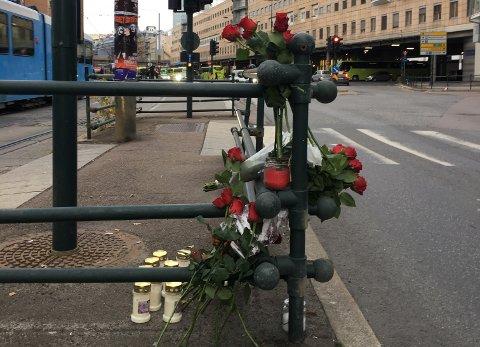 BLOMSTER: Det ble lagt ned blomster og lys ved gangfeltet i Schweigaards gate der Bent Erik Grini ble påkjørt og drept i fjor høst.