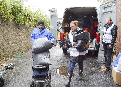 Hjelpen kommer fram: Mia Hjørnegård Foyn leverer alt hun og hennes hjelpere har samlet inn. Her får hun hjelp av Røde Kors og frivillige flyktninger til å losse bilen ved et akuttmottak for flyktninger i Fredrikstad. Alle foto: Thomas Lilleby