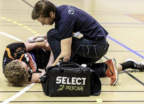 UHELDIG: Kristian Stranden ble liggende på parketten etter skaden mot St. Hallvard. Foto: Hans Petter Wille