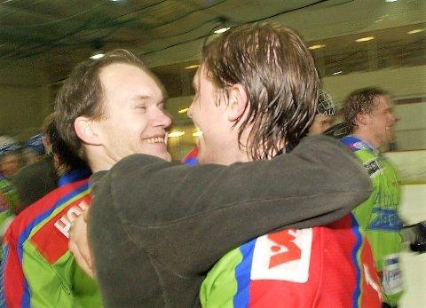 JUBEL: Ulf Ellingsen trente Comet til et historisk opprykk i 2004. Her feirer han i Lørenhallen sammen med Tobias Jensen.