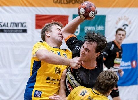 TØFF KAMP: Hannes Nyström og Halden Topphåndball møter ØIF Arendal borte i NM-