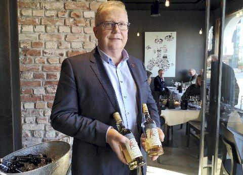 SALGSSUKSESS: President for Løiten Aquavitens Venner Egil Vold viser stolt fram juleakevitten som har vært suksess to år på rad. I år tappes 15.000 flasker i håp om de ikke skal gå tomme.