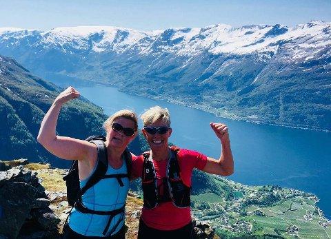 Gunn Marit Bergstrøm (t.v.) og Myrna Dral deltok på den første Dronningmila. De og resten av deltakerne brukte 2 - 2,5 timer på de 13 kilometerne fra Rjukande til Kinsarvik.