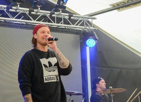 BYTTET DAG:  Onsøy-artist Petter «Katastrofe» Kristiansen byttet konsertdag for å kunne heie frem sitt favorittlaget.
