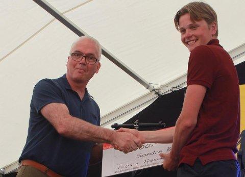 TIZIR-PRIS. Under morellfestivalen på Lofthus lørdag ble Sondre Buer Aasebø tildelt årets Tizir-pris.