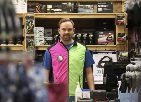 ÅPNET IGJEN: Mikael Mørkve Bjørnetun, daglig leder ved Sport Outlet Odda, holdt stengt første del av mandagen som følge av de nye restriksjonene. På ettermiddagen åpnet imidlertid butikken dørene igjen.