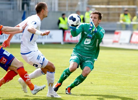 STO FOR FKH: Olav Dalen og Dusan Cvetinovic i kampen mot Aalesund på Haugesund Stadion i mai i fjor. ARKIVFOTO: JAN KÅRE NESS/NTB SCANPIX