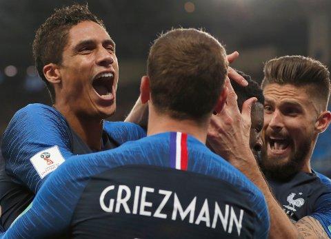 De franske spillerne feiret Samuel Umtiti sin scoring i det 51. minutt av semifinalekampen i St. Petersburg. (AP Photo/Natacha Pisarenko)