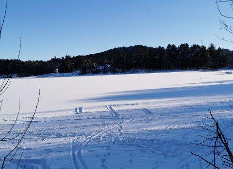 HATSYMBOL: Onsdag føremiddag oppdaga ein turgåar eit stort hakekors i snøen. Tipsaren håper folk kan vise meir omtanke og respekt for kvarandre. - Det er framleis mange i med krigen ferskt i minne, skriv ho til Haugesunds Avis.