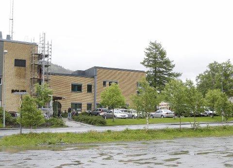 BYGGEARBEIDER: Håndverkerne flikker fortsatt på Justisbygget i Mosjøen, godt over ett år etter at bygningen ble skadet i en kraftig storm. Foto: Per Vikan