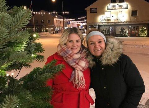 PYNTER EKSTRA: Henriette Saxi Wikstrøm og Maritha Betten er to av de som har tatt initiativ til å pynte Vadsø litt ekstra i år. Dette er et arkivfoto fra 2018, med det årets julegate i bakgrunn
