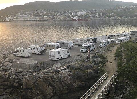 KOMMUNENS PARKERINGSPLASS: Dette bildet ble tatt 31. juli. Som vi ser er det fullt av bobiler på kommunens parkeringsplass nedenfor Scandic hotell. Foto: Trond Ivar Lunga