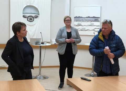 INFORMERTE FOLKET: Ordfører Aina Borch, kommunedirektør Bente Larssen og kommuneoverlege Jørn Gregersen informerte folket om koronasituasjonen i Porsanger fredag.