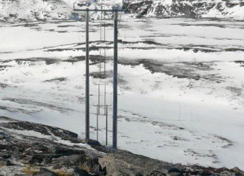 VÆRUTSATT: Fellesføring av bredbånd og høyspent på Sørøya. Uvær har ført til utfall av internett på strekket mellom Sørvær og Brevik.