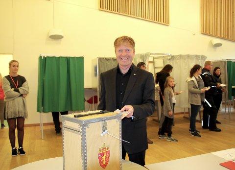 KLAR: Sigbjørn Gjelsvik håper oppslutningen om Senterpartiet i Akershus blir stor nok til å sikre ham en plass på Stortinget. Her gjør han sin borgerplikt på Bingsfoss ungdomsskole mandag kveld.