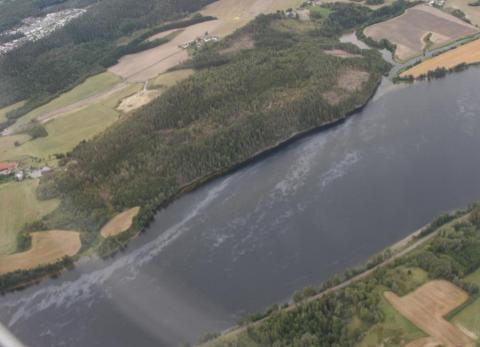 Omfattende: Oljeutslippet i Glomma fotografert av Kystverket fra fly.