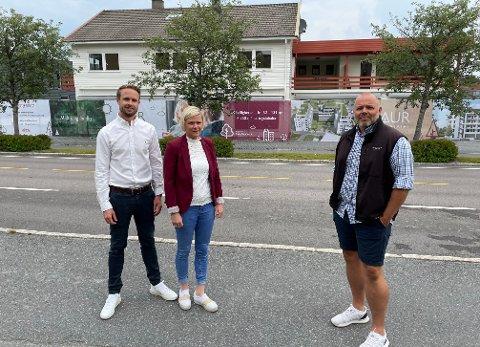 KLARE: Eiendomsmeglerne Espen Skjermo Slorafoss (t.v.) og Elene Moseby Torre og Thomas Berntsen i TAB-gruppen AS håper å være i gang med å bygge blokker der Lotterudgården står på Aursmoen i løpet av første halvår i 2022.
