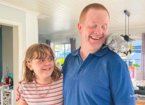 STOR LYKKE: Her er papegøyen Leo rett etter hjemkomsten med Ingeborg Kure (11) og Tor Magnus Kure (43) fra Askim.