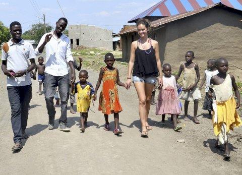 Sterkt møte: Karoline Wike Dahlen fra Holmestrand fikk møte fattige barn under sitt opphold i Katwe i Uganda i juni i år. foto: privat