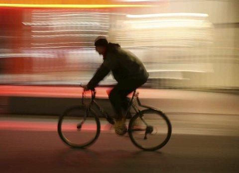 SYNES IKKE: Syklister uten refleks er nærmest usynlige i høstmørket. Pressefoto