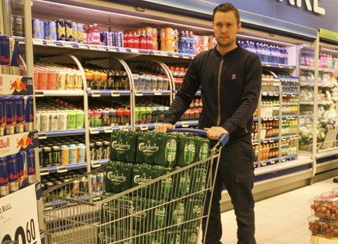 FORTVILER: Andreas Johnsen synes det er ubehagelig å måtte konfrontere butikktyver. – Jeg regner med at det stjeles herfra daglig, sier han. FOTO: LARS IVAR HORDNES