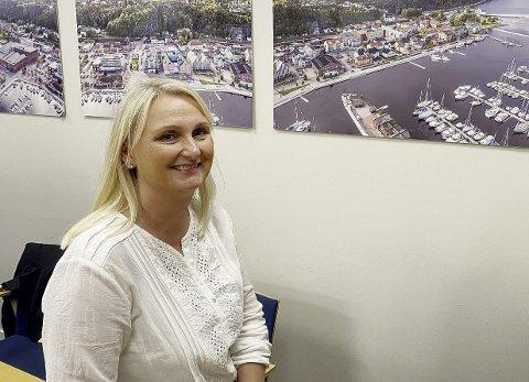 Holmestrandpatriot: Linda Brakstad Glenne tar fatt på oppgaven som markedskoordinator i Holmestrand Utvikling AS fra nyttår. Hun kjenner Holmestrand sentrum fra mange år som driver av Carisma og arrangør for moteshow og annet. Foto: Pål Nordby