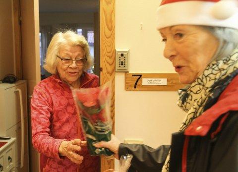 FØRJULSGLEDE: Astrid Johansen i Kjærsenterets boligdel fikk hyggelig førjulsbesøk av Hanna Therese Berg fra Pensjonistforbundet Holmestrand. – Tusen takk. Dette var hyggelig, sa Johansen. Foto: Lars Ivar Hordnes