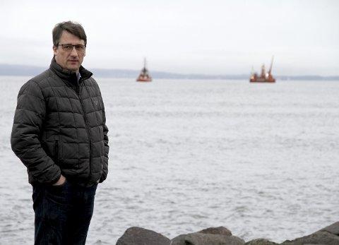PROSJEKTSSTART: Jan Gunnar Skahjem er prosjektleder i NOAH. Bak ham er kabel-fartøyene på vei ut til Mulodden. BEGGE FOTO: LARS IVAR HORDNES