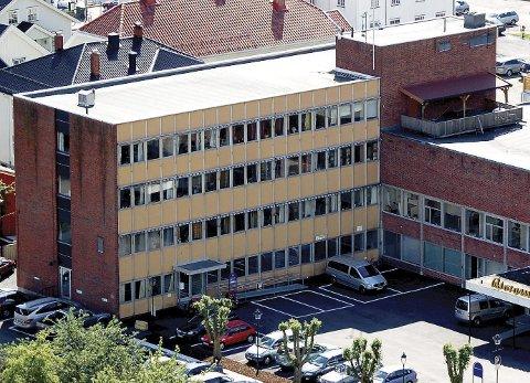Holmestrand Rådhus: 67 kontorplasser. Driftskostnader på 1,3 millioner kroner i året.