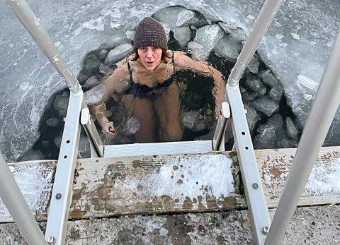 FRISKE FORHOLD: Kajsa Onshuus er blant stadig flere som utfordrer seg selv med vinterbading.