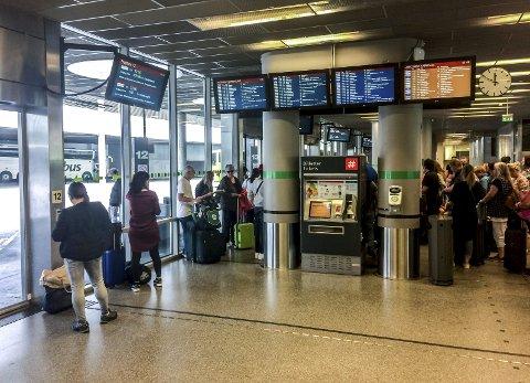 Oslo: Galleriet, hvor passasjerer venter på busser som skal frakte dem videre. Der fikk vi opplyst at fra og med september blir billettkontoret stengt.