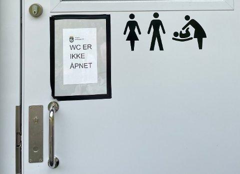 Man blir møtt av en stengt dør hvis man vil benytte seg av toalettet på småbåthavna.