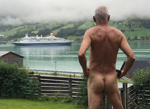 MDG-politikar Svein Ingvald Opdal kasta kleda og stilte opp på dette bildet som ein personleg protest mot alle cruise-skipa som dukka opp i Olden. (Foto: Privat).