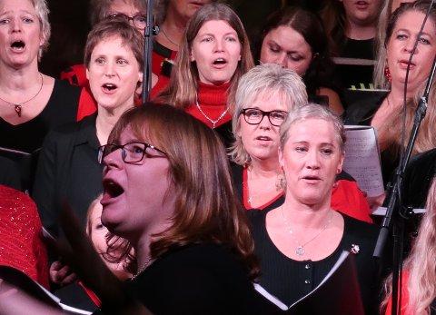 Dirigenten drar med publikum i En stjerne skinner i natt.