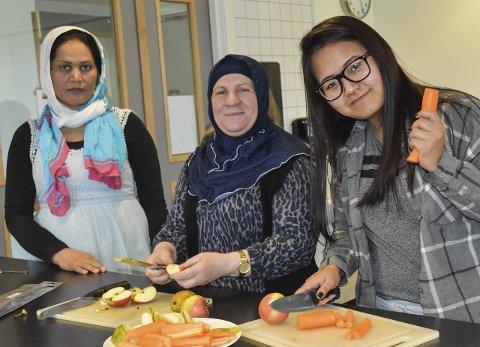 Samarbeid: Damene hjelper hverandre med å gjøre det hyggelig til de skal spise sammen. F.v.  Shaima Rahimi fra Afghanistan, Hoirije Gerimi fra Kosovo og Maybelle Khan fra Burma kutter opp frukt og grønnsaker.