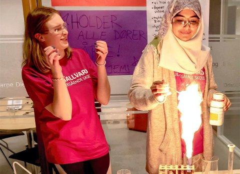 Kjemi er gøy: Zuzanna Kulawiak og Aisha Sharit ved kjemilinjen på St. Hallvard videregående skole.