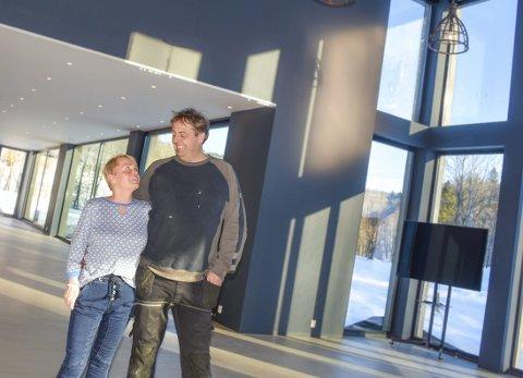 Endelig ferdig: – Eget bryllup i eget lokale – det var planen fra dag én, sa Liesl Mindt og Kai Arne Ødegård da de viste fram nyoppussede Rønningen selskapslokale.Ferdigstillelsen ble feiret med bryllup - selvom paret lurte alle gjestene.