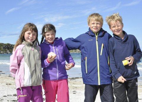 Strålende fornøyd: Andrine, Aleksandra, Kristoffer og Benjamin koser seg på friluftsskolen.