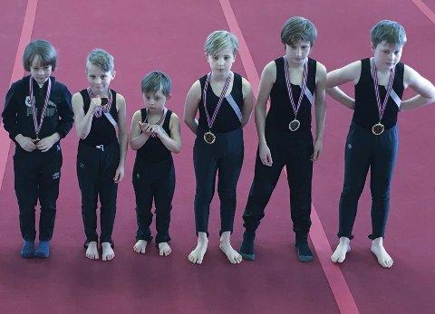 Aspiranter: Ballstad-aspiranter kledd i svart mottar sine deltakermedaljer.