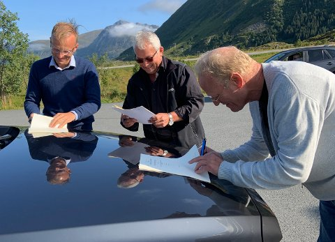 Eier Thor Drechsler i Bil i Nord og Arne-Leo Olavsen og Dagfinn Martinsen i Vestlofoten Bil er alle svært fornøyd med at Bil i Nord overtar på Vestlofoten Bil på Leknes.