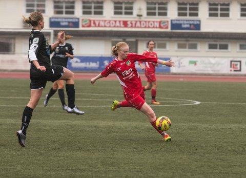 FORBUDT: Iselin Johansen får ikke lov til å spille sammen med lagkameratene. Hun er enste seniorspiller, mens de andre kan spille kamper som juniorspillere.