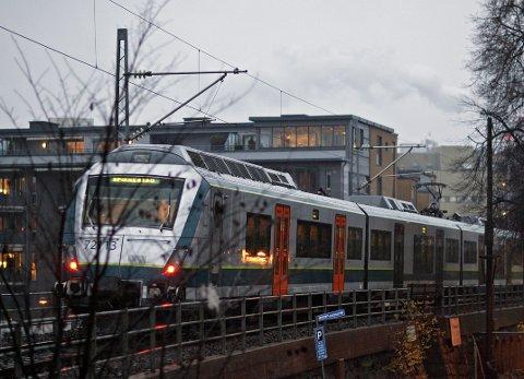 Advarer: Fylkesordføreren og ordførere i Østfold står samlet og advarer mot konsekvensene dersom den av dem foretrukne løsningen for fremtidig jernbanesatsing gjennom fylket ikke blir fulgt.