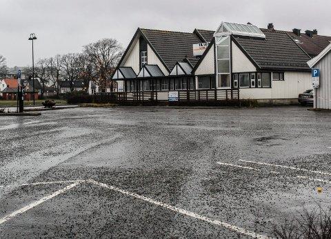 FÅR SKILT: På denne parkeringsplassen i Stengata skal det lages to p-plasser for forflytningshemmede med p-tillatelse.