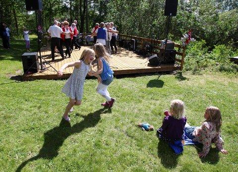 STEMNING: Barn og voksne danset på bygdetunet i 2015