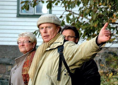 Omvisning: Her viser Petter Olsen politikere rundt på Ramme gård i Vestby.
