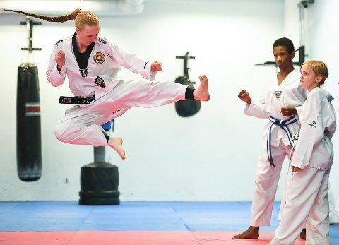 KONTROLL: Monica Molands besto graderingen til 4. dan svart belte - og dermed mastergrad - i taekwondo. Her instruerer hun unge utøvere ved Heat Halden.