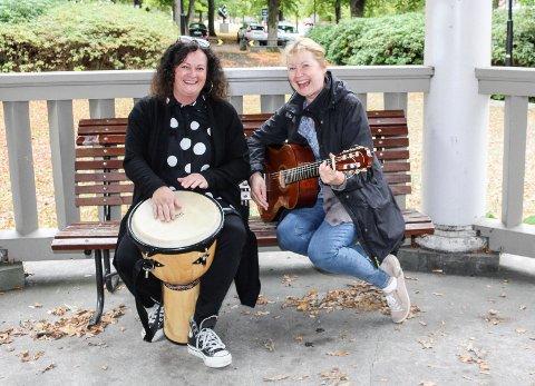 GIVENDE: Ellen J. Fleischer (t.v.) og Else Buttedal Haugen forteller at det er utrolig givende å få lage musikk sammen med mennesker med utviklingshemming.
