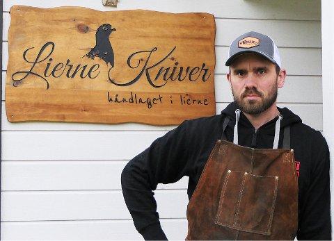 HAR BLITT ET LEVEBRØD: Knivbestillingene fortsetter å strømme inn til Stephan Danner ved Lierne Kniver i Sørli. Nå har hobbyen blitt levebrød.
