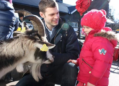 NÆRKONTAKT: Bjørnar Moxnes (Rødt) fra Nordstrand og datteren Maia (3) hilser på en geit i husdyrparken. FOTO: UNA OKSAVIK OLTEDAL